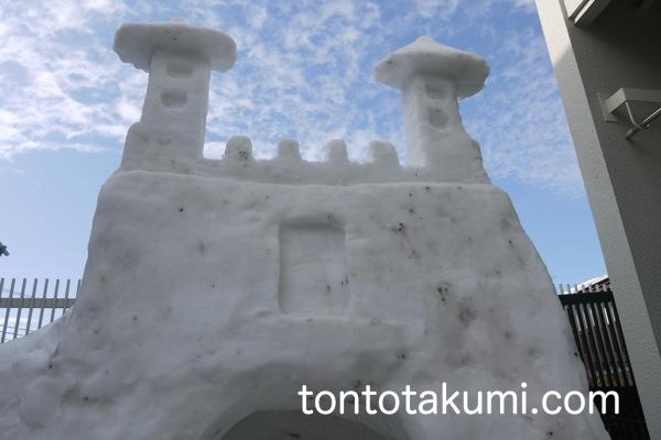 中国の城門風に装飾したかまくらと青空